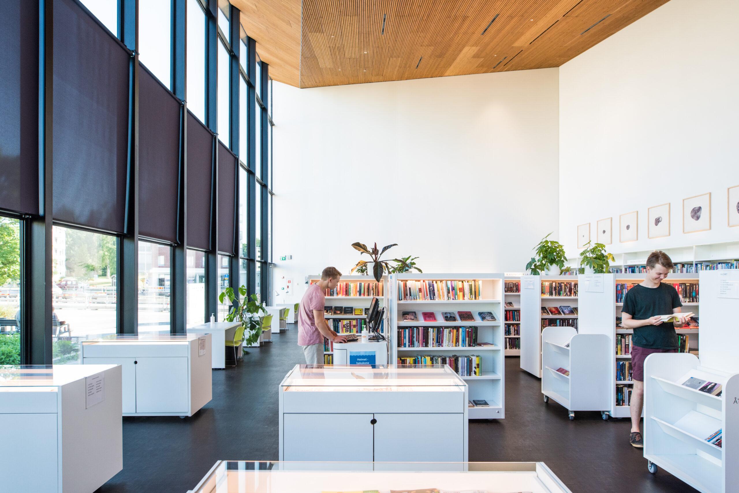 Kirjahyllyjä kirjastossa.