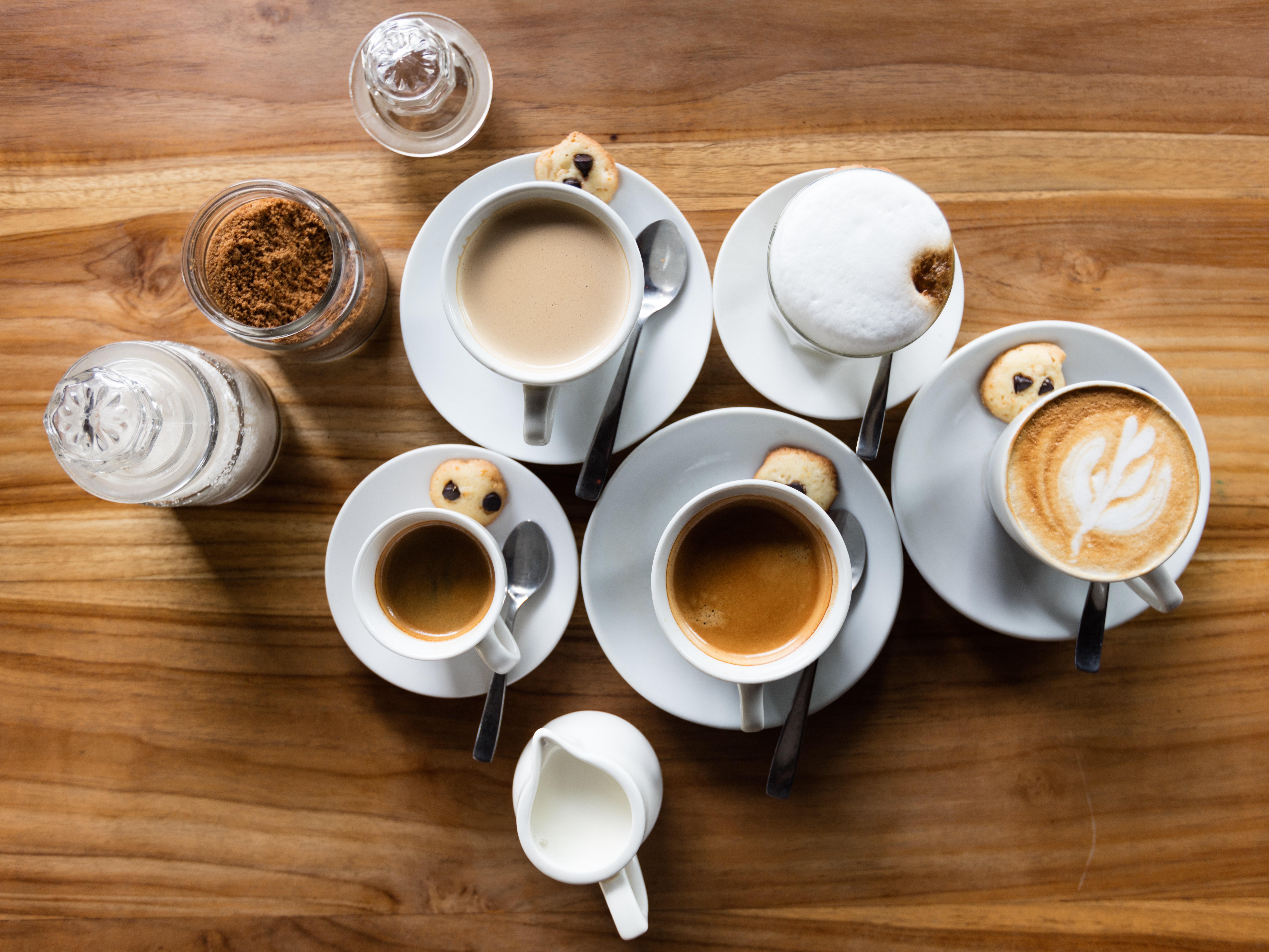 kokoelma kahvikuppeja pöydällä
